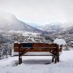 Vue sur la vallée enneigée de Briançon, banc et montagnes