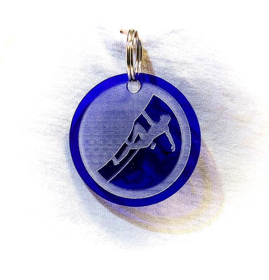 Création gravure porte-clé sur plastique d'un skieur bleu