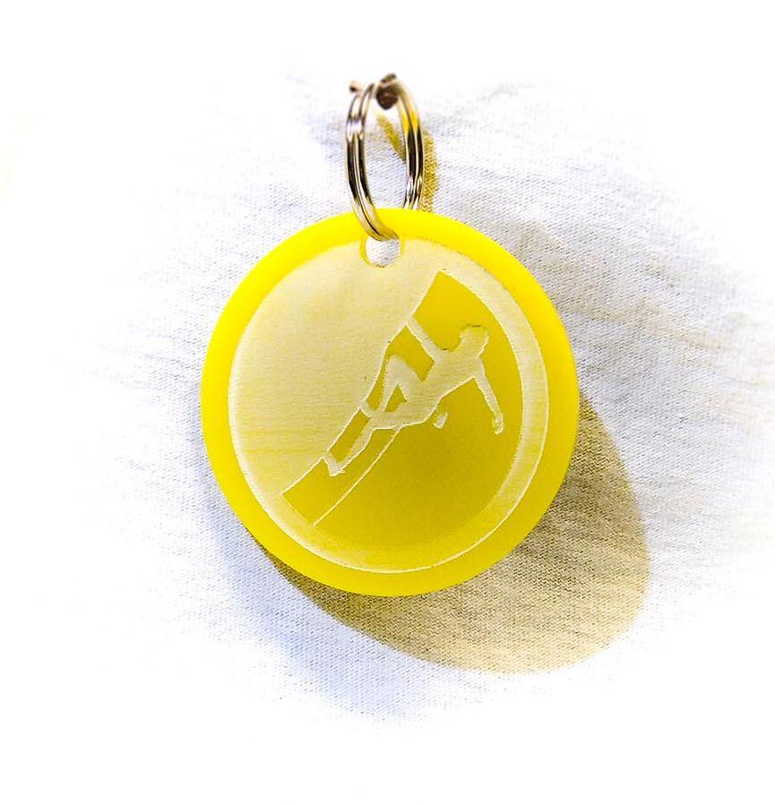 Création gravure porte-clé sur plastique d'un skieur jaune