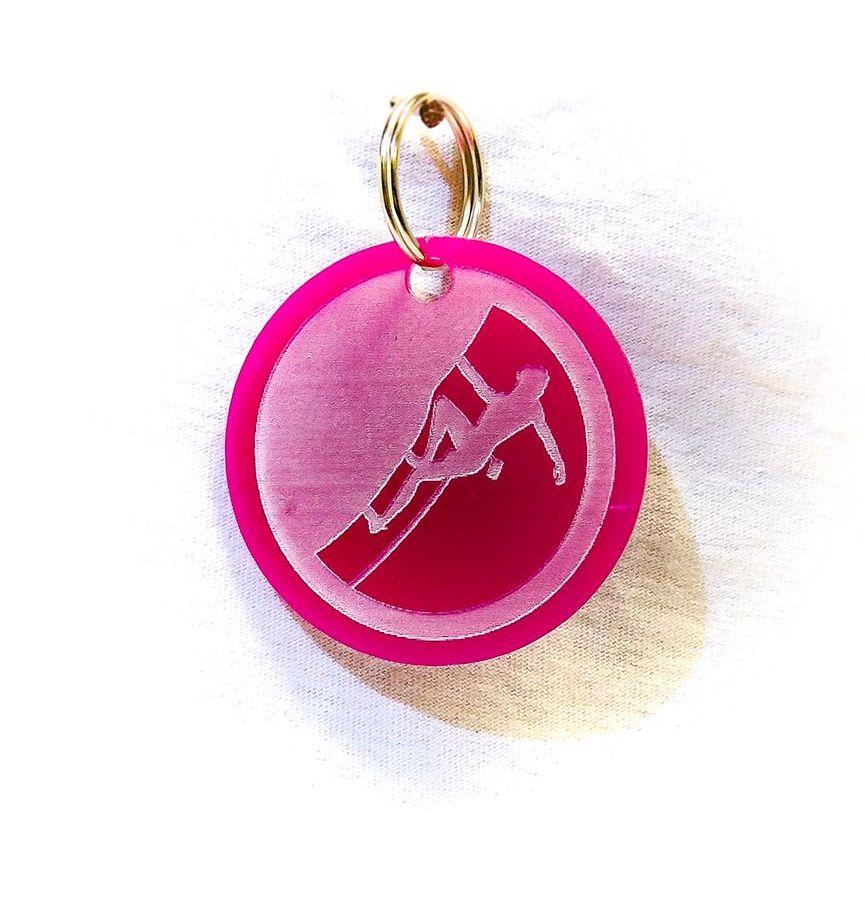 Création gravure porte-clé sur plastique d'un skieur rose