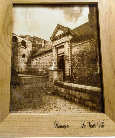 Gravure personnalisée sur bois de la Porte de Briançon