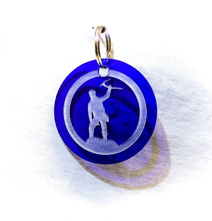 Création gravure porte-clé ovale sur plastique d'un alpiniste bleu