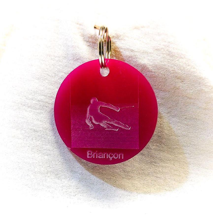 Porte-clé personnalisé plastique Serre-Chevalier Briançon skieur rose