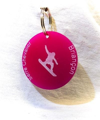 Porte-clé personnalisé plastique Serre-Chevalier Briançon snowboarder rose