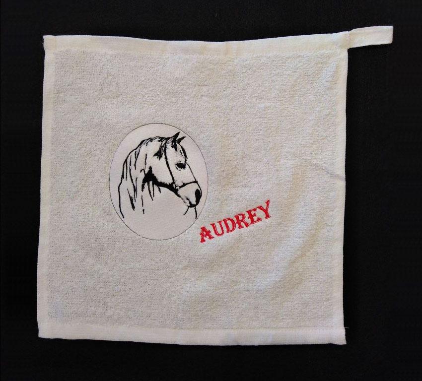 Broderie cheval sur serviette Audrey